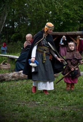 Vikingakvinna med barn